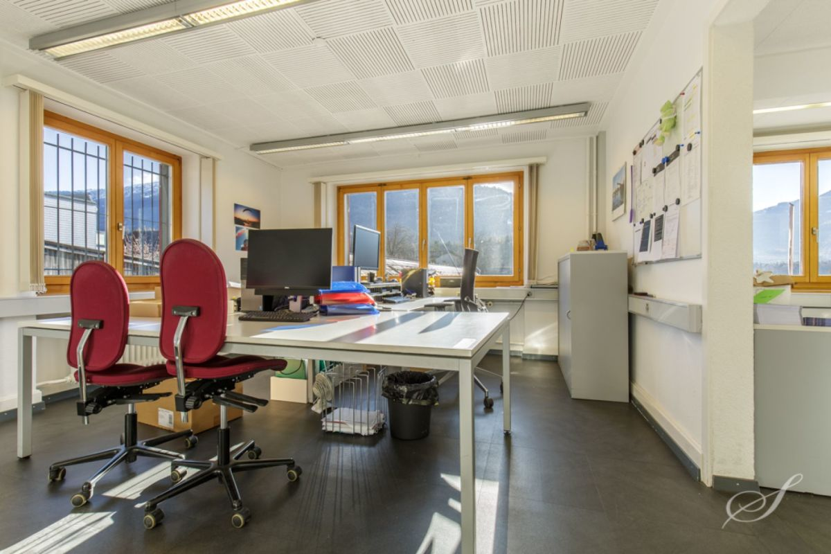 Zentrale und helle Büroräume mit bestehender Infrastruktur