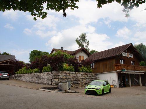 Wohnhaus mit Pool und Fahrradgeschäft in Bözen