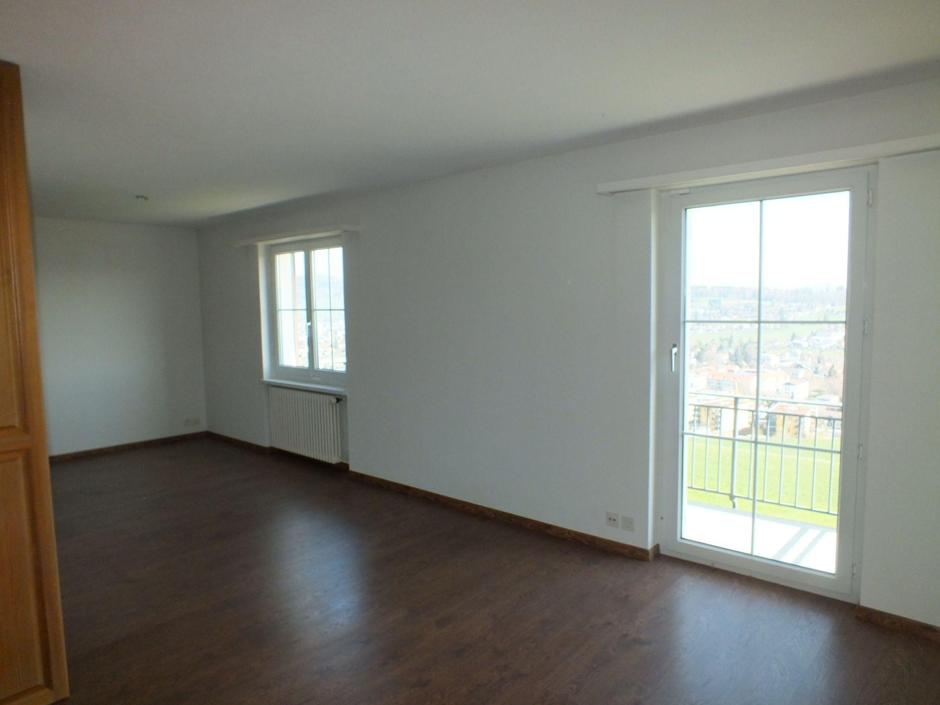 Schlafzimmer Obergeschoss mit Balkon, Sicht Richtung Menziken