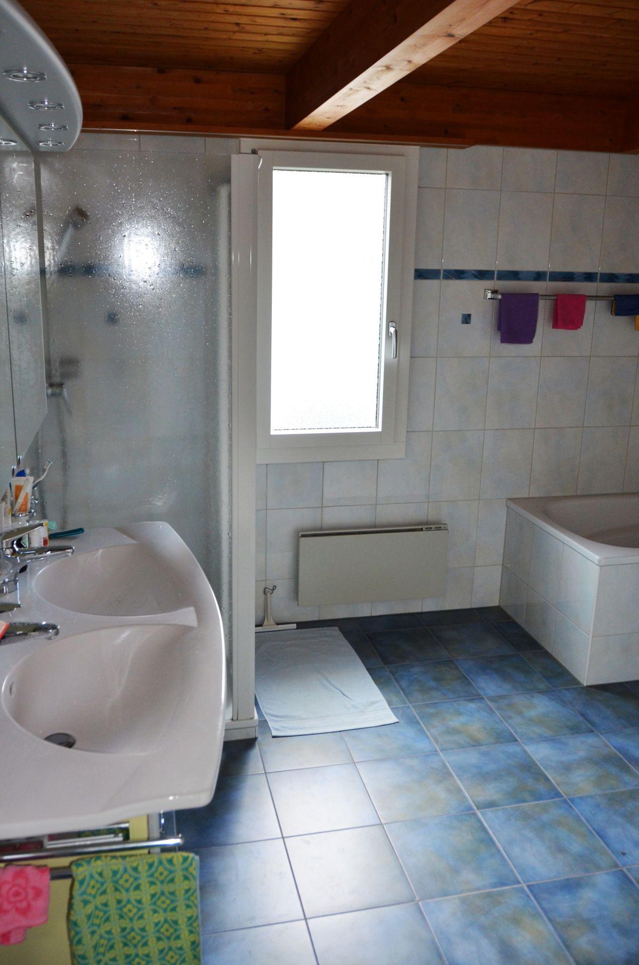 Badezimmer mit Doppellavabo, Wanne, Dusche und Einbauschrank