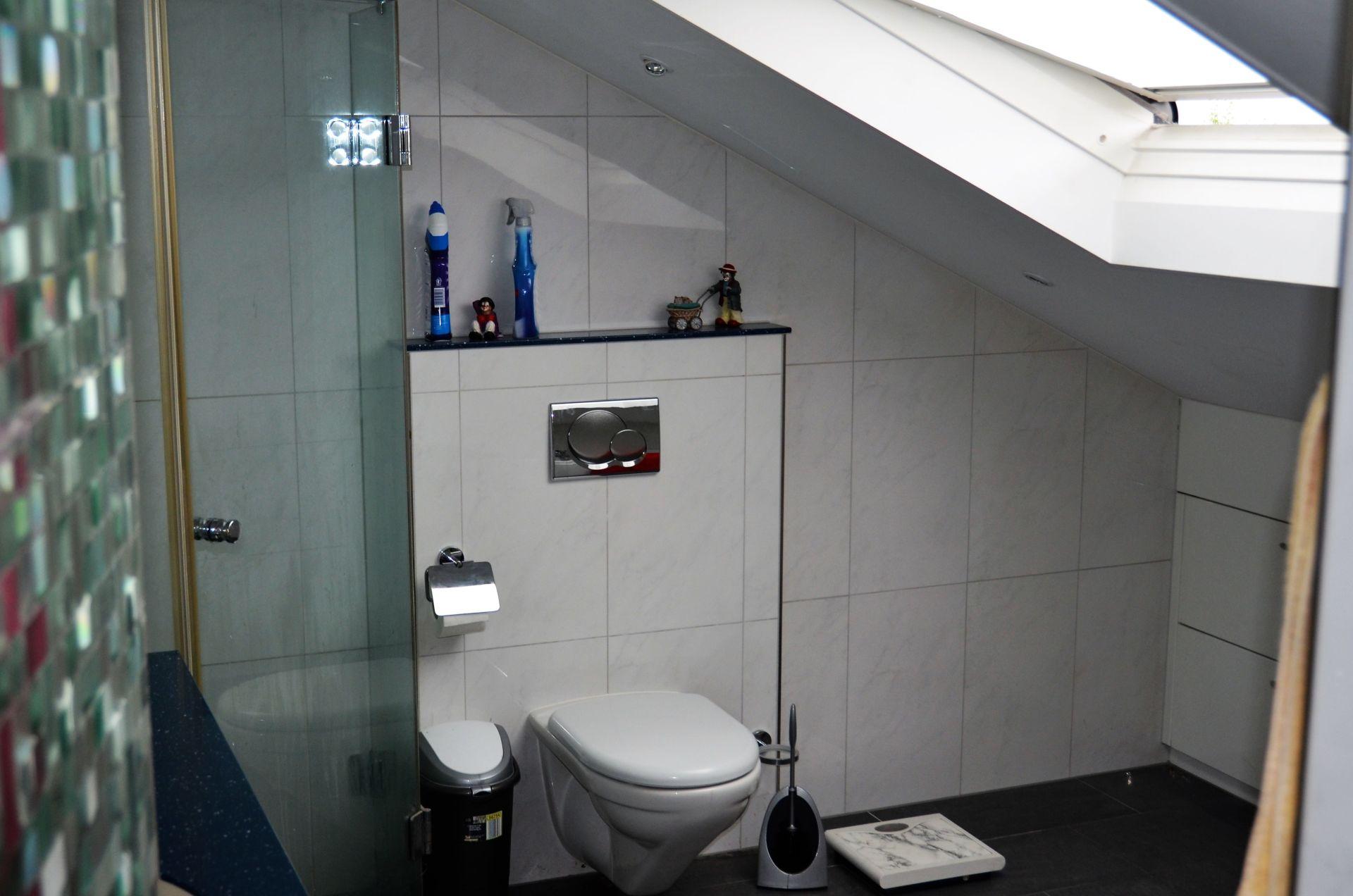 Badezimmer mit Eckwanne, Doppellavabo, Dusche und WC