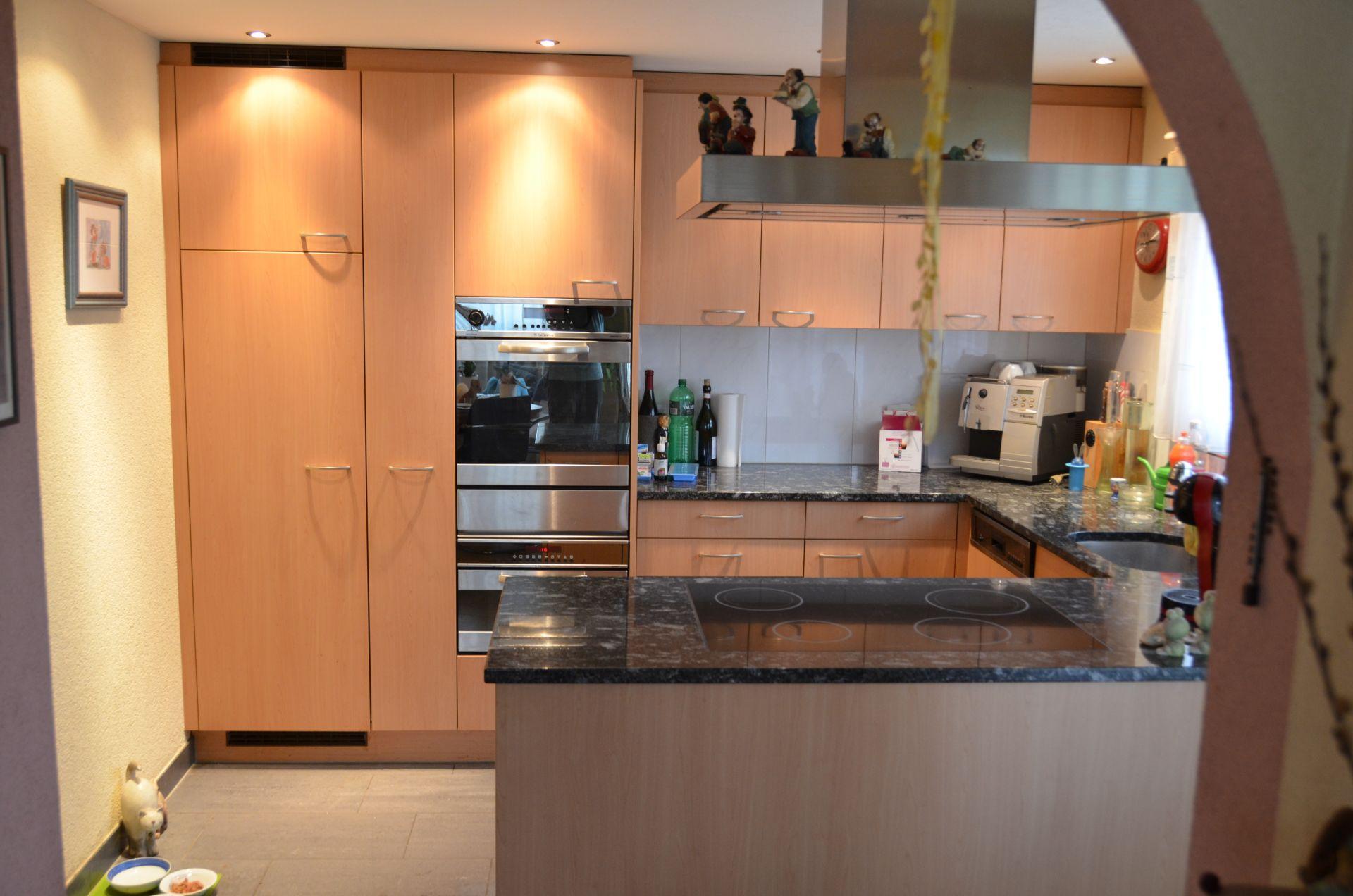 moderne Küche mit viel Stauraum und modernen Geräten