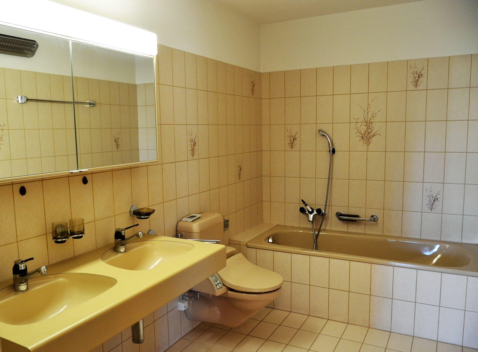 Badezimmer mit WC, Doppellavabo und Duschwanne