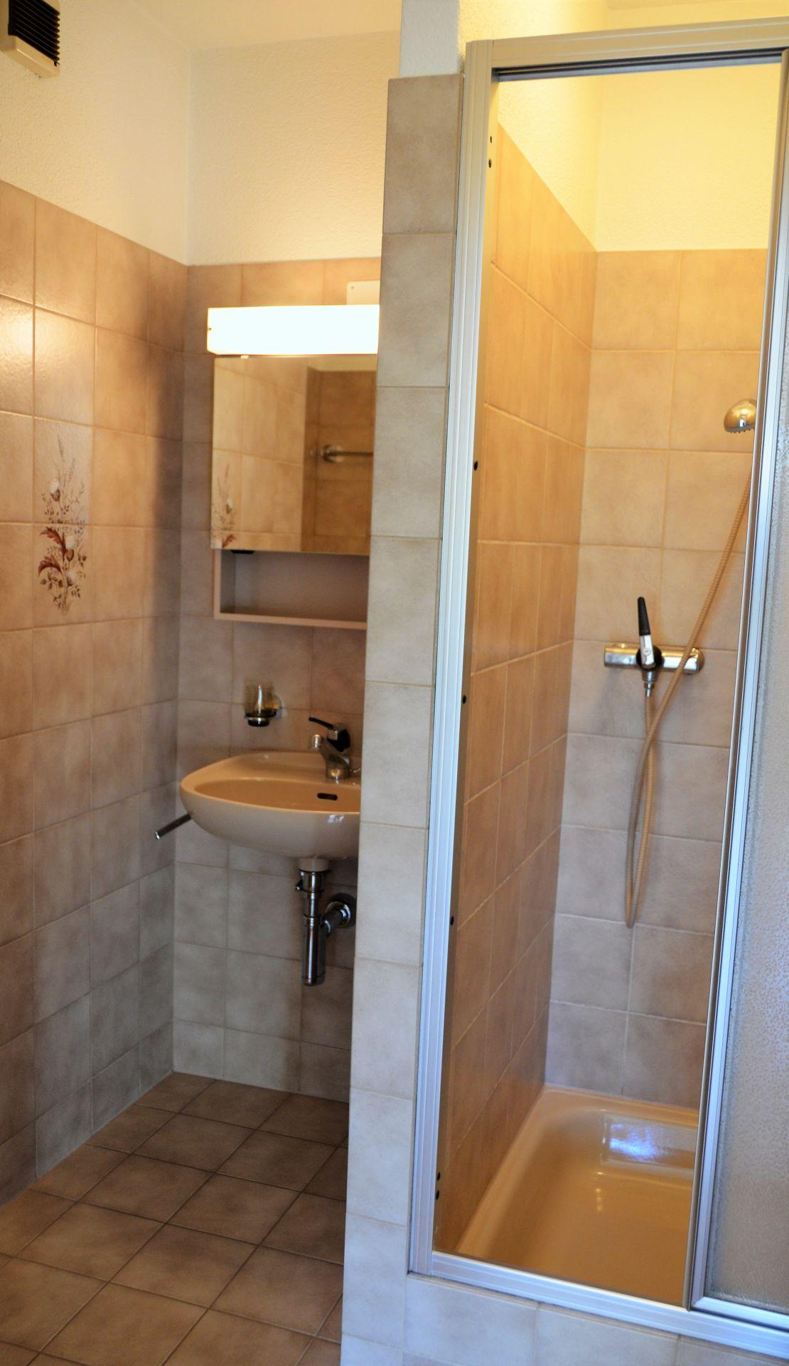 WC mit Lavabo & Dusche