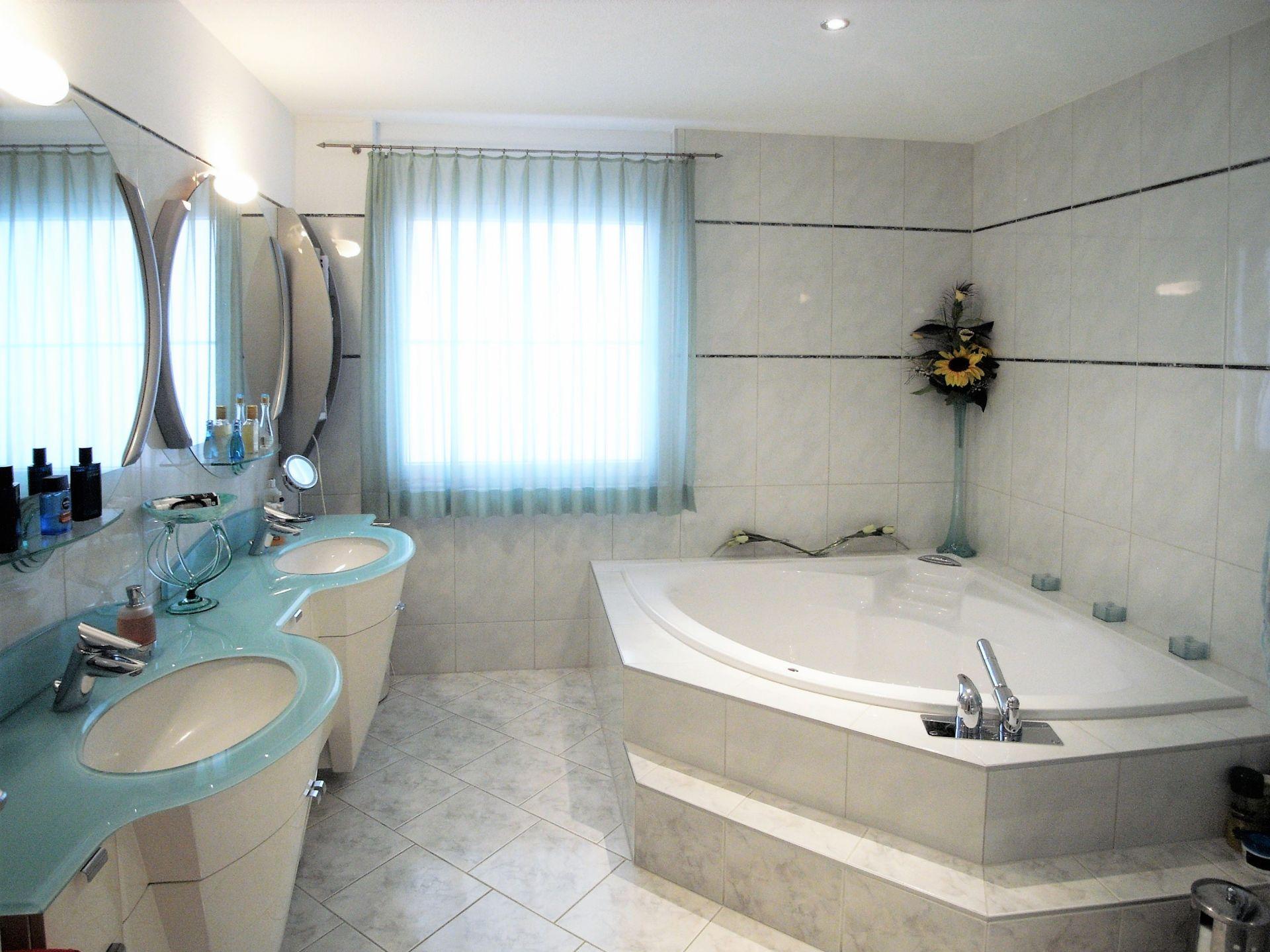 Nasszelle mit WC, Doppellavabo, Eckwanne und Dusche