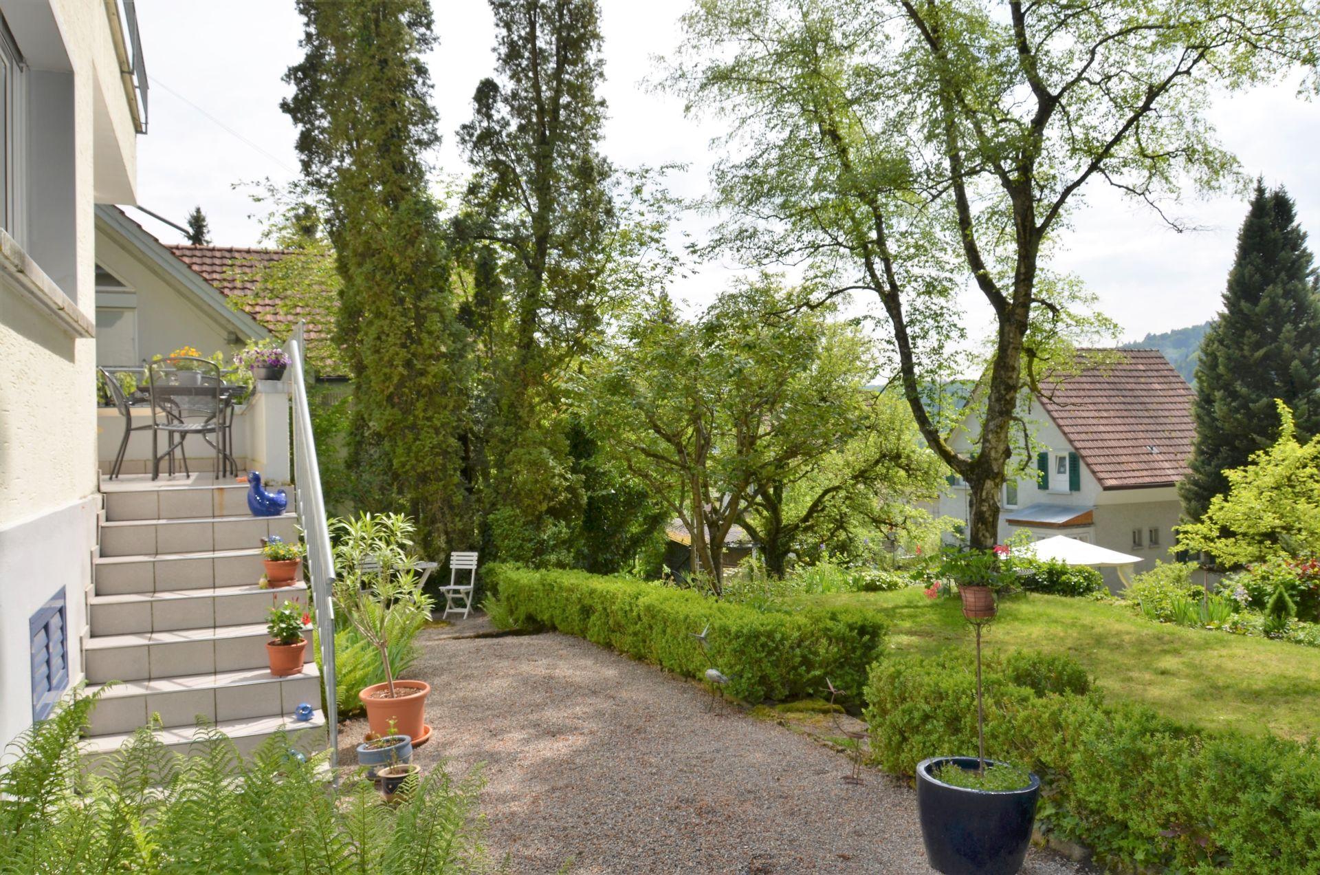 idyllischer sonniger Garten