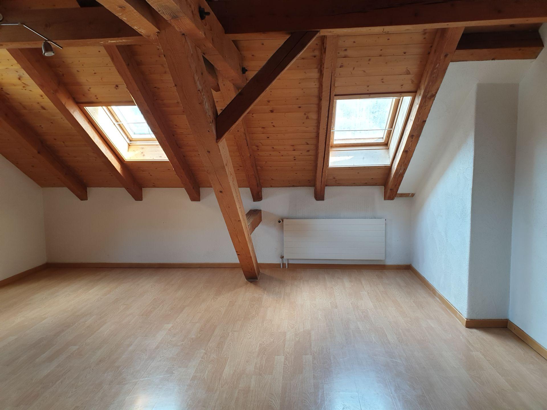 Miete: grosse helle Dachwohnung